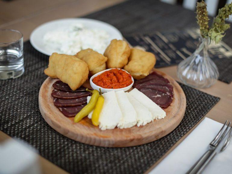 7. pecenica_prsuta_sir_ajvar_ustipci_domaca_hrana_jelo_tradicionalna_kuhinja_gastro